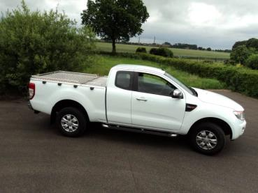 Mobile Preview: Laderaumabdeckung aus Alu-Riffelblech inkl. 22 mm Edelstahlreling für Ford Ranger Xtra-Cab, Modell 2012